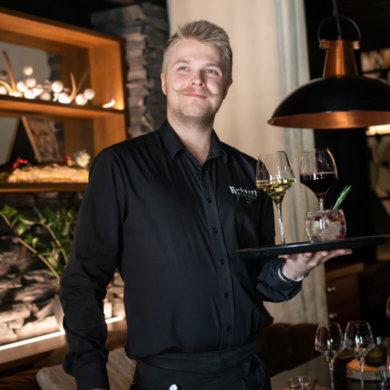 Staffmaxin ravintola-alan rekrytointipalvelut, tarjoilija pitelee tarjotinta