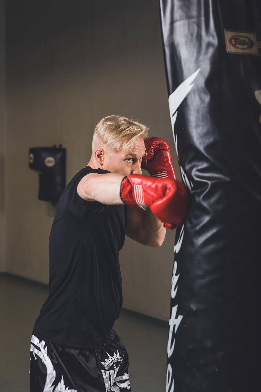 Staffmax Henkilösuojaus Tactical Bodyguard, Henkivartija Harjoittelee Lyöntiä